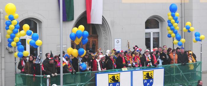 Luftballons und Riesenluftballons zu Karneval